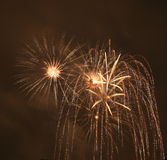 Les feux d'artifice obscurcissent dedans le ciel Images libres de droits
