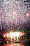 Les feux d'artifice ont couvert la trame Photo libre de droits