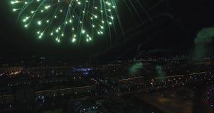 Les feux d'artifice pilotent la nuit 4k banque de vidéos