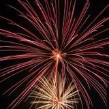 Les feux d'artifice remplissent air photographie stock