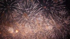 Les feux d'artifice remplissent ciel de l'or banque de vidéos