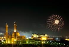 Les feux d'artifice s'approchent de la mosquée grande Image stock