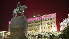 Les feux d'artifice sur le centre de la ville de Moscou sur Tverskaya ajustent Yury Dolgoruky Monument, Russie avec le bourdonnem banque de vidéos