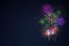 Les feux d'artifice verts rouges lilas pourpres de célébration copient l'espace Photo libre de droits