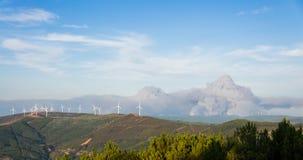 Les feux de forêt au Portugal près d'un groupe de moulins à vent Photos libres de droits
