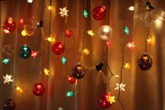 Les ficelles des lumières de vacances brillent brillamment images libres de droits