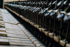 Les ficelles du vieux piano images stock