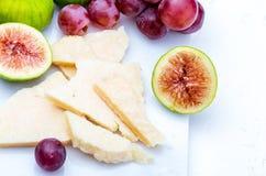 Les figues, les raisins rouges et le manchego de fromage du ` s de moutons dactylographient photo stock