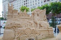 Les figures des griffons de sable, château, singe barrels, des arbres de cyprès Image libre de droits