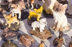 Les figurines en céramique fabriquées à la main de chat de crabot d'argile se vendent loyalement Photographie stock
