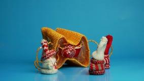 Les figurines miniatures ouvrent le sac avec surprise banque de vidéos