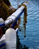 Les filets d'égoutture pulied dedans d'un bateau de pêche image libre de droits