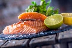 Les filets saumonés crus avec des herbes de persil chaulent le sel de citron et ont séché image libre de droits