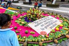 Les filles admire le tapis de dimanche de paume, Antigua, Guatemala Photographie stock libre de droits