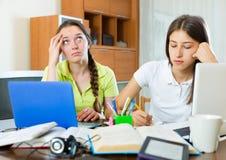 Les filles adolescentes d'étudiant étudient à la maison Images stock
