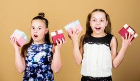 Les filles adorables c?l?brent l'anniversaire Cadeaux d'anniversaire heureux d'amours d'enfants Achats et vacances Les soeurs app image stock