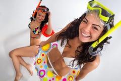 Les filles apprécie dans le masque avec la prise d'air Images libres de droits