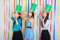 Filles Asiatique-Thaïlandaises avec le grand chapeau vert le jour de St Patrick Images libres de droits