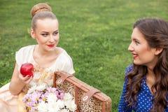 Les filles assez jeunes font un pique-nique en parc images libres de droits