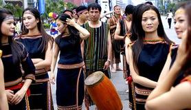 Les filles assez vietnamiennes exécutent la danse folklorique Images libres de droits