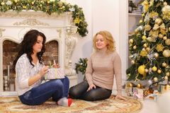 Les filles attendent des surprises agréables de nouvelle année et sont sittin photographie stock libre de droits