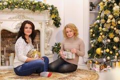Les filles attendent des surprises agréables de nouvelle année et sont sittin Photo stock