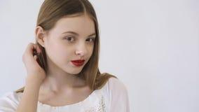 Les filles attirantes avec le rouge à lèvres rouge lumineux sur ses lèvres s'assied sur la chaise banque de vidéos