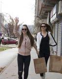 Les filles avec les sacs du magasin courent pour un taxi photos stock