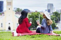 Les filles célèbrent heureusement le grand événement Images stock