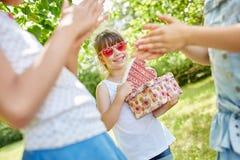 Les filles célèbrent l'anniversaire du ` s d'ami Image libre de droits