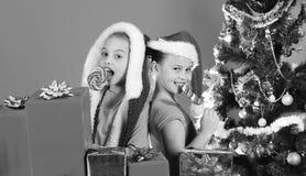 Les filles célèbrent Noël ensemble Enfants avec les visages de sourire photo libre de droits