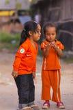 Les filles cambodgiennes dans le secteur musulman de la ville montrent leur doigt Image libre de droits