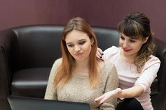 Les filles choisissent un homme sur l'Internet image stock