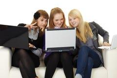 Les filles communiquent sur l'Internet avec des étrangers Photos libres de droits