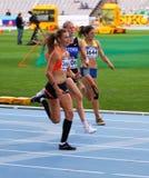 Les filles concurrencent dans les 200 mètres de chemin Image libre de droits