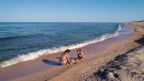 Les filles construisent un château de sable banque de vidéos