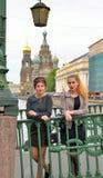 Les filles d'étudiant sont sur le pont italien à travers le canal de Griboyedov photo libre de droits