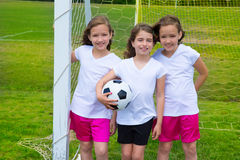 Les filles d'enfant du football du football team au fileld de sports Image libre de droits