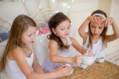 Les filles d'enfant se réveillent dans son lit dans le matin de Noël Images libres de droits