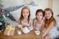 Les filles d'enfant se réveillent dans son lit dans le matin de Noël Photos stock