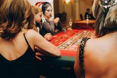 Les filles d'occasion d'excitation de jeu font la fête la table de casino photo libre de droits