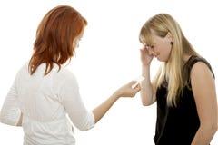 Les filles d'une chevelure rouges et blondes essayent de calmer tandis que cri Images stock