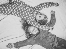 Les filles dans des pyjamas dorment dans le lit, vue supérieure Photo stock