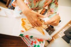 Les filles dans des robes de chambre ont commandé la pizza Photos libres de droits