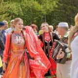 Les filles dans des vêtements nationaux tatars dansent sous l'accordéon de bouton images stock