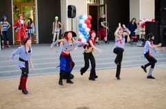Les filles dans le pirate costume la danse sur la scène de rue images libres de droits