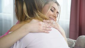 Les filles de bff d'amitié de proximité d'amour d'étreinte réconcilient Image libre de droits