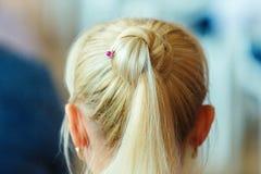 Les filles de cheveux blonds blanc d'isolement de vue arri?re Une bosse de longues filles de cheveux images libres de droits
