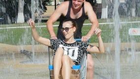Les filles de garçons ont roulé les chariots - une fontaine pendant l'été clips vidéos