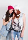 Les filles de hippie de beauté avec des écouteurs, adolescents écoutent la musique Filles de disco Images libres de droits
